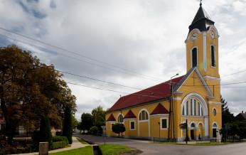 Csaszartoltes-Katolikus-templom-1.jpg